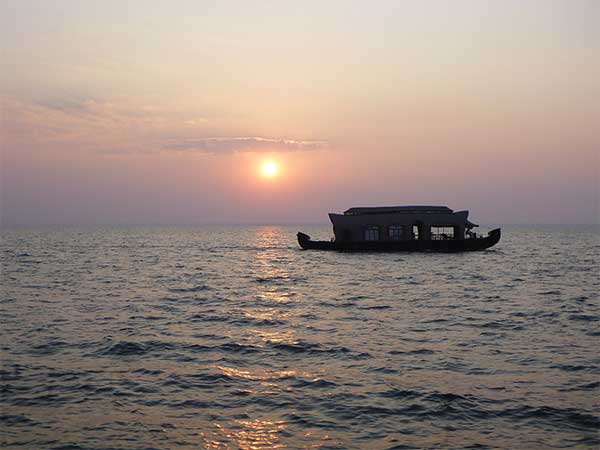 Catch an evening on a houseboat at Alleppey on the Munnar tour with goMowgli